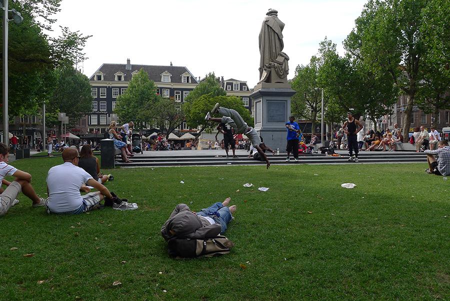 Памятник Рембранту в Амстердаме - вид сзади